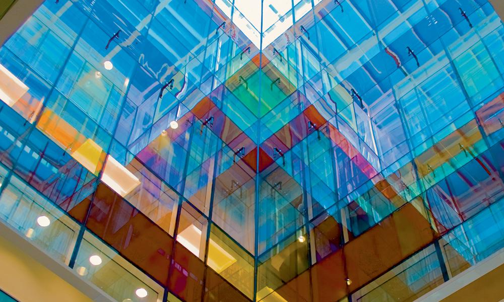 Lightwell Image: el vidrio de color se puede ver desde todas las áreas de recepción.