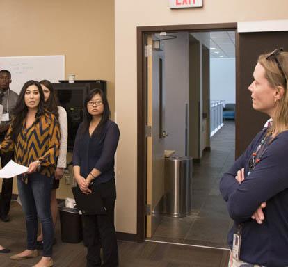 Dr Gillette avec des étudiants Image