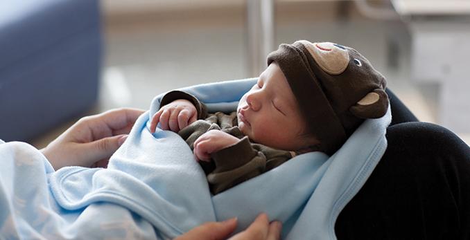 Nouveau-né en couverture.