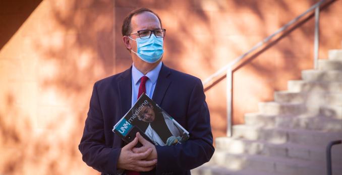 Դոկտոր Դուգլաս iedիեդնոսը, որը պահում է UNM Medicine ամսագիրը:
