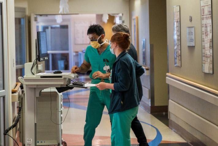 Equipo de cuidados críticos trabajando en un paciente.
